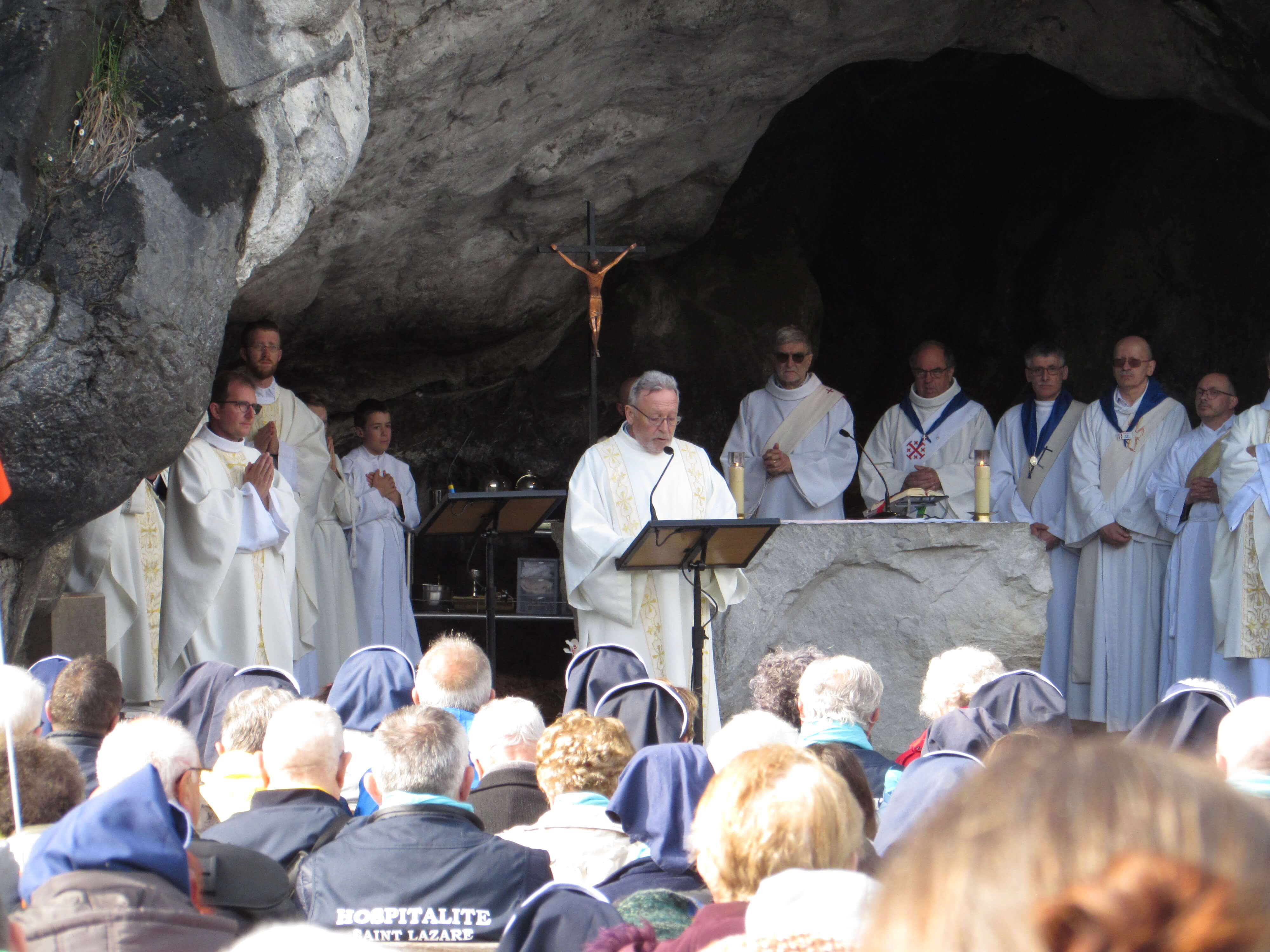 02.Messe à la Grotte