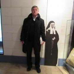 088.Photographie au musée - 1.74 m et  1.40 m