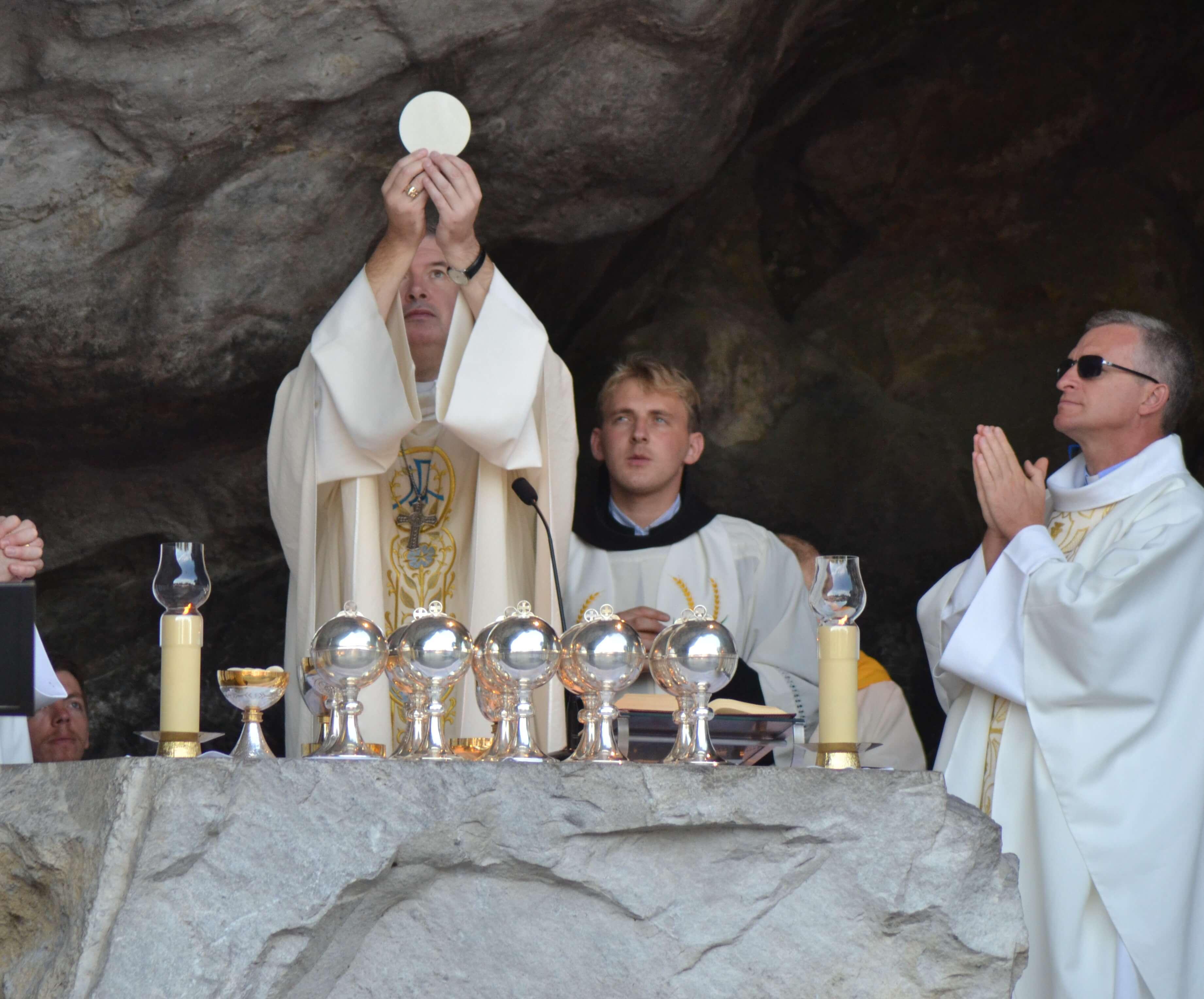 40.Messe à la Grotte