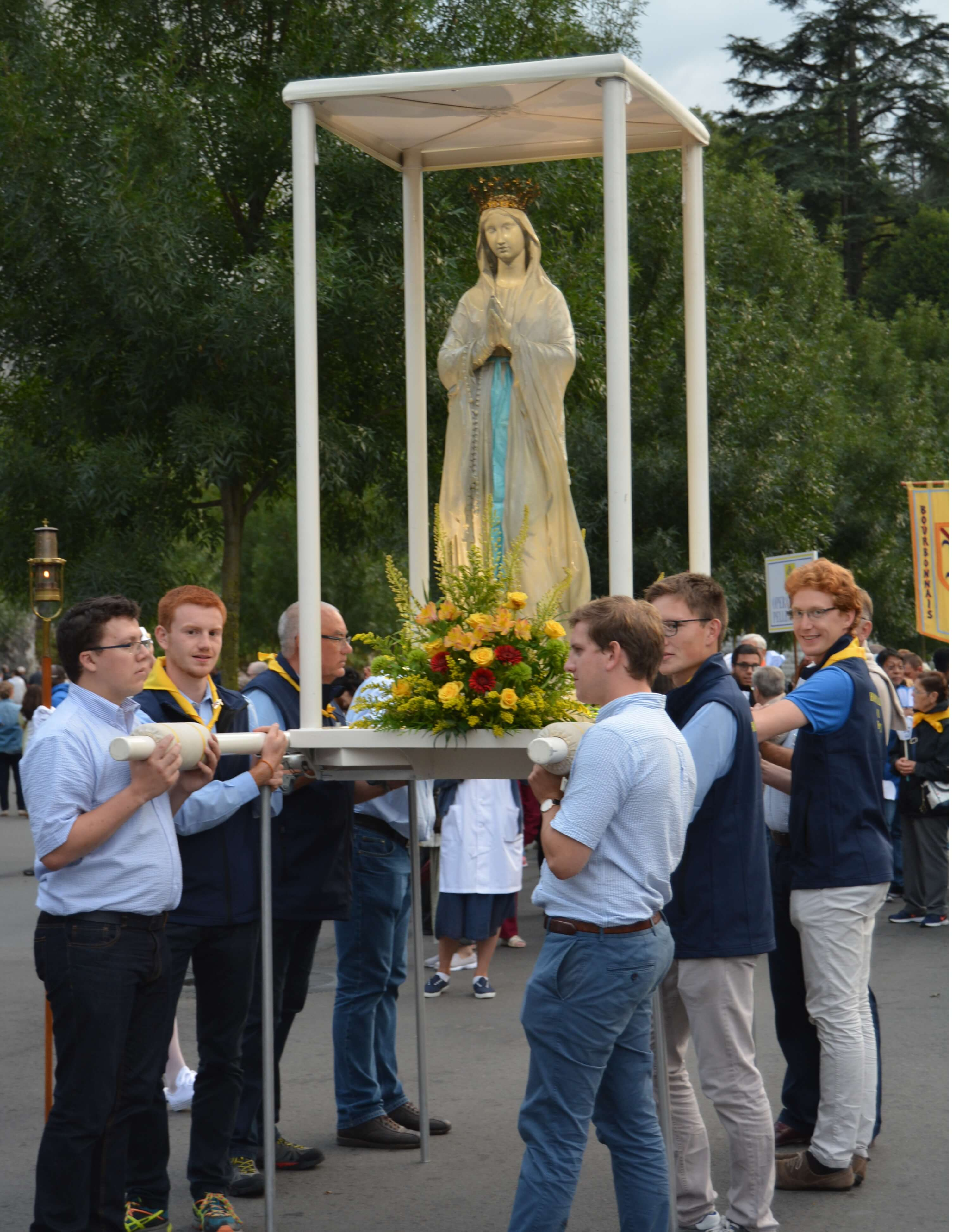 88.Procession mariale