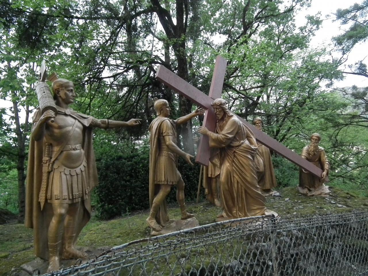 Vème Station - Simon de Cyrène aide Jésus à porter sa croix