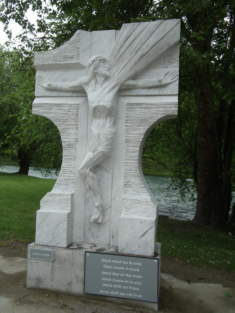 XII - Jésus meurt sur la croix