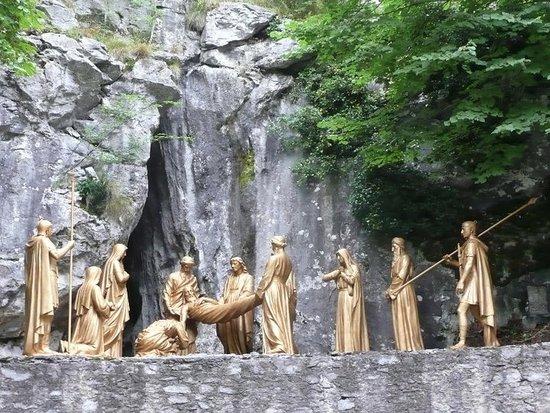 XIVème Station - Jésus est mis au tombeau